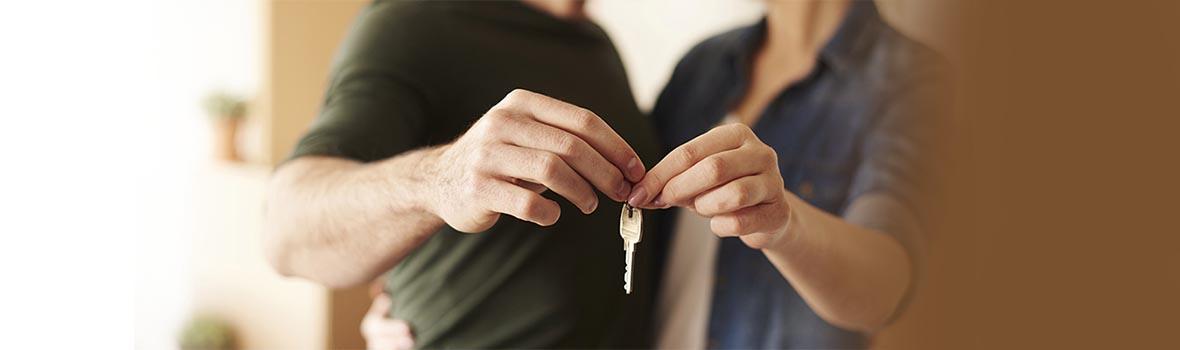鍵を持っている男女